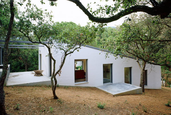 10 casas que siguen la pendiente para adaptarse al entorno - Casas en pendiente ...