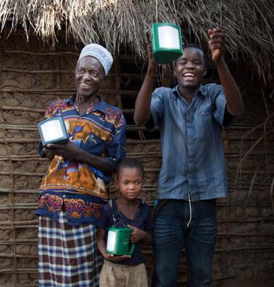 Lámpara solar con cargador para móviles d.light S250