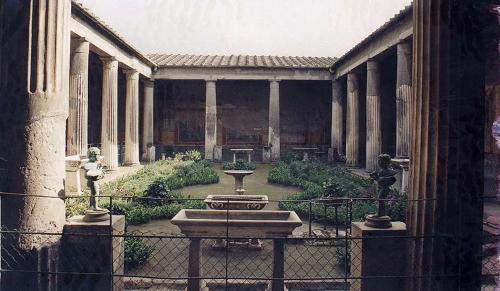 pero no todo empez con la oikos griega o la domus romana cuyos principios a la cada del imperio y se adaptaron al carcter