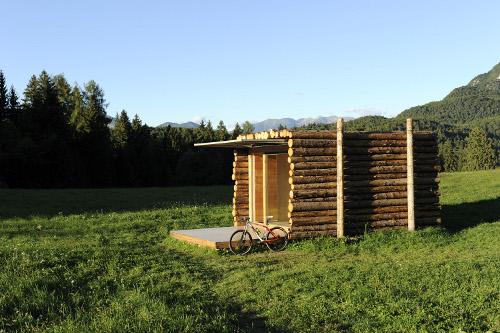 tras estudiar la cabaa revestida con troncos al estilo de las de leadores buscadores de oro y pioneros de norteamrica uno imagina a una